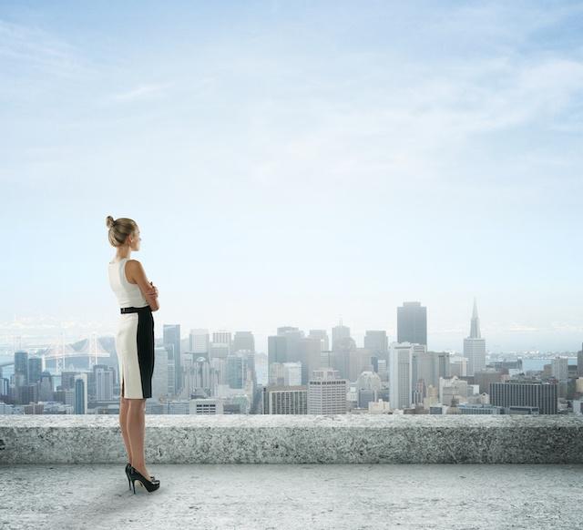 Kobieta patrzy na miasto
