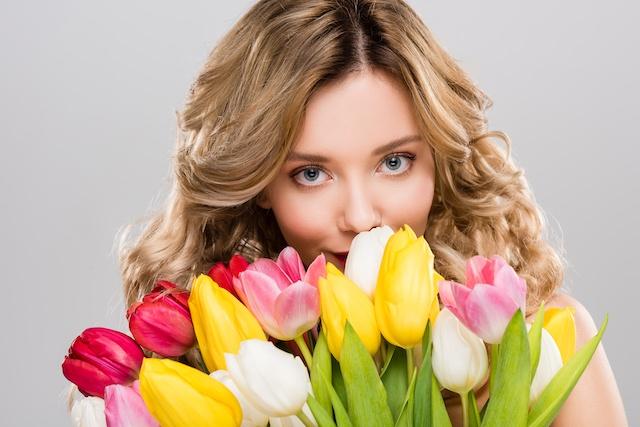 Dziewczyna i tulipany